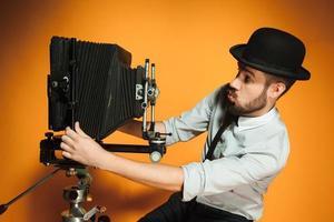 junger Mann mit Retro-Kamera foto