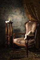luxuriöser antiker Sessel und kleiner Beistelltisch foto