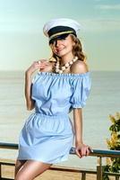 schöne Frau im Kapitänshut foto