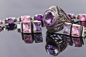 ungewöhnlich schöne Silberkette und silberne Ringe foto