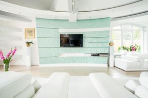 Plasma-TV in elegantem Luxus-Interieur foto