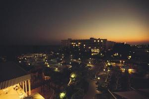 Blick auf das Hotel bei Nacht foto