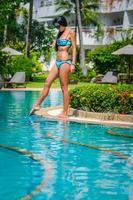 schlankes Mädchen in einem Badeanzug mit Vergnügen und Entspannung foto