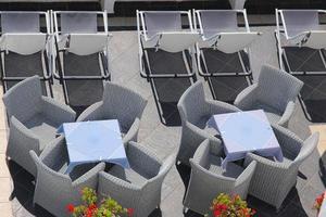 Restaurant auf der oberen Terrasse in Santorini foto