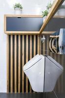 Toiletteninnenraum mit Urin