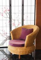 roter gepolsterter Stuhl im Wohnzimmer mit Blumen