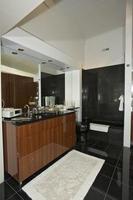 Badezimmer in modernem Zuhause