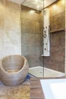 Foto der Duschwanne im modernen Badezimmer