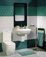 Detail eines modernen Badezimmers mit Waschbecken und Toilette
