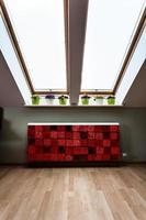 Dachboden mit modernem Heizkörper foto