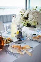 Tisch für Hochzeit oder ein anderes Abendessen mit Catering foto