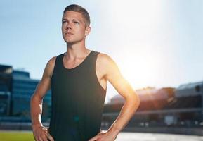 selbstbewusster Läufer auf der Leichtathletik-Rennstrecke