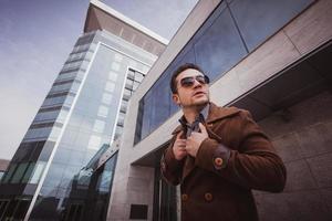 Modemann vor einem Glasgebäude foto