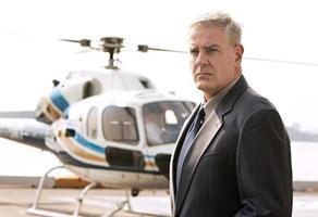 Geschäftsmann wartet am Hubschrauberlandeplatz foto