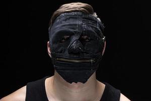 Porträt des jungen Mannes in handgemachter Maske foto