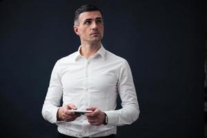 nachdenklicher Geschäftsmann, der Smartphone hält foto