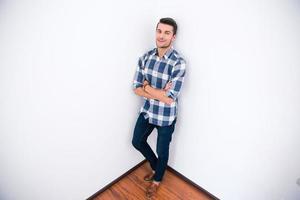 Geschäftsmann in lässiger Stoff stehende Ecke des Raumes foto