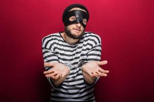verwirrter Dieb mit Handschellen foto