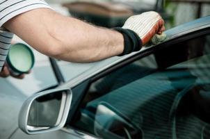 Mann poliert ein Auto foto