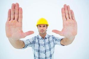 selbstbewusster Architekt, der Handrahmen bildet foto