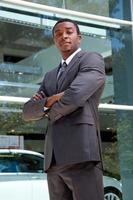 Porträt des selbstbewussten afrikanischen Mannes foto