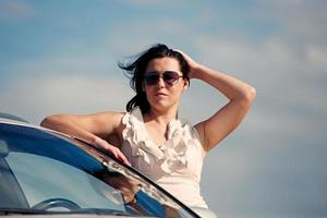 stilvolles Mädchen und Auto foto