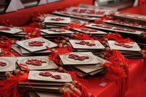 rote und weiße Glücksbringer auf rotem Tisch