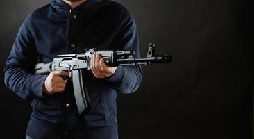 Terrorist hält Akm 47 foto