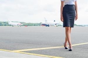 Stewardess auf dem Flugplatz. Platz für Ihren Text. foto