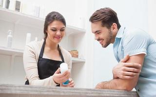 Friseur im Gespräch mit einem Kunden foto