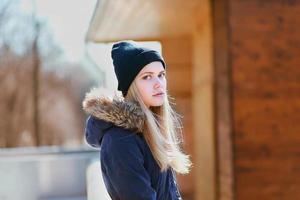 schönes Hipster-Mädchen, süße Blondine im Freien foto
