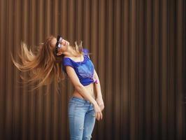 emotionales Porträt der Mode stilvoll von hübscher junger Hipsterblondine foto