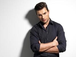 Modeporträt des jungen Mannes im schwarzen Hemd