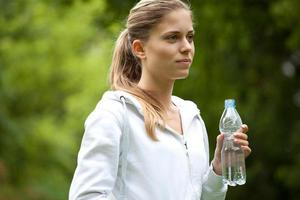 junge Frau, die nach dem Joggen ruht