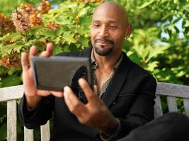 reifer Afrikaner, der selfie mit Smartphone nimmt