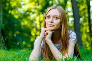 schöne lächelnde rothaarige junge Frau foto