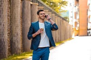 Konzept für stilvollen jungen Mann im Freien