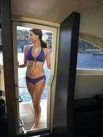 sinnliche Frau, die auf Yacht steht foto