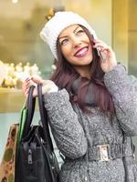 junges Mädchen beim Einkaufen foto