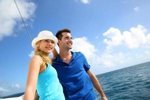 Paar, das die Inseln vom Segelboot betrachtet foto