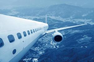 großes Verkehrsflugzeug am Himmel