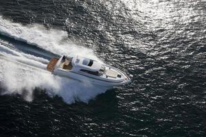 weiße Yacht, die durch den Ozean rast foto