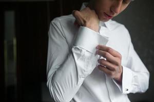 Bräutigam bereitet sich auf die Hochzeit vor foto
