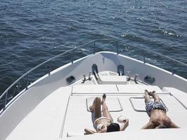 Paar Sonnenbaden auf Yacht foto