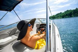 Frau, die Yacht fährt foto