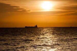 Silhouette eines Ozeandampfers bei Sonnenuntergang