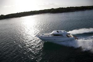 kleines Motorboot, das über die Küste segelt foto