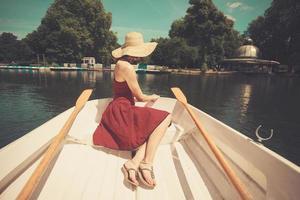 Frau im Ruderboot mit Blick auf See foto