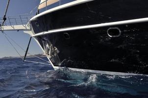 schwarzes Segelboot foto
