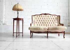 luxuriöses Sofa im Vintage-Raum foto